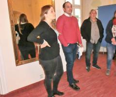 Dr. Michael Lang, der Geschäftsführer der Franken-Akademie (2. v. links) bei der Führung im Barocksaal des Schneyer Schlosses