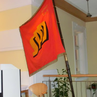 Die Fahne des SPD-Ortsvereins Schney