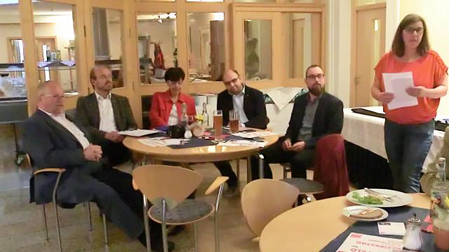 Elke Werner begrüßt die Gäste bei der Podiumsdiskussion